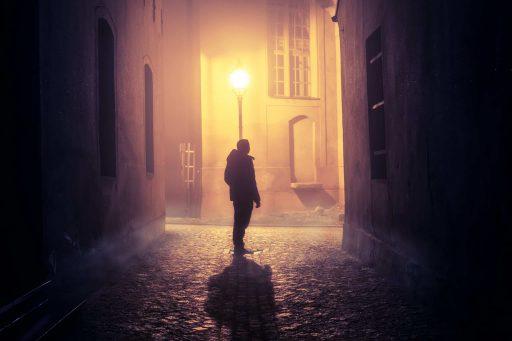 Neblige Gasse bei Nacht